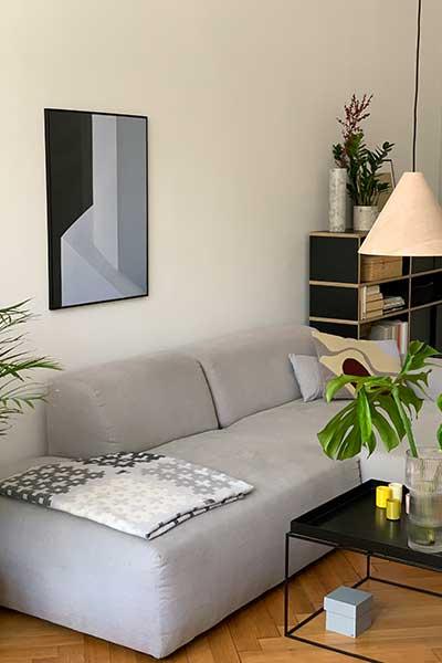 sofa PYLLOW von MYCS in hellgrau in Wohnzimmer