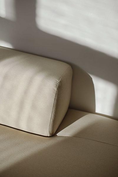 sofa PYLLOW von MYCS close-up in beige