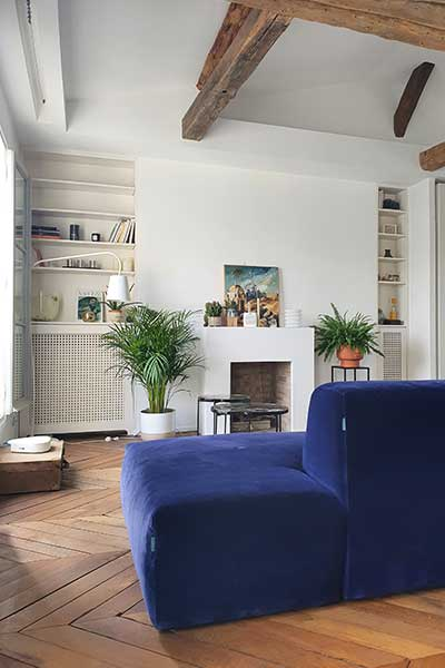 sofa PYLLOW von MYCS in blauem Samt in Altbauwohnung